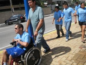 pessoa com deficiência física também participando da caminhada